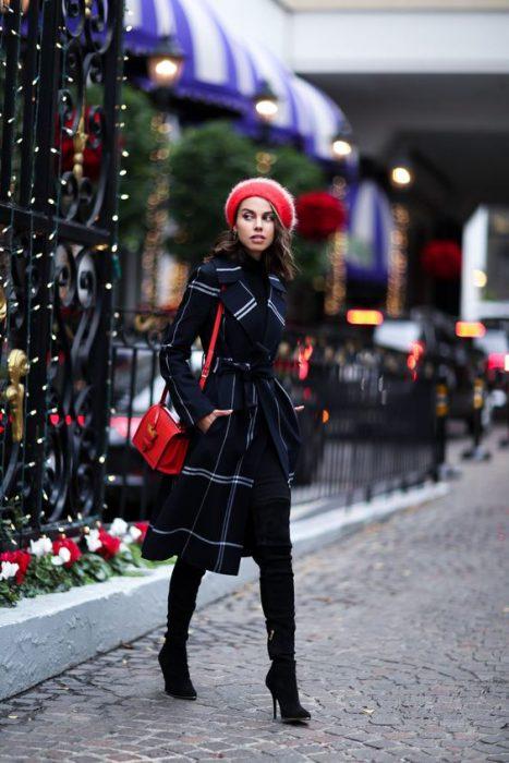 tapado negro y cartera roja