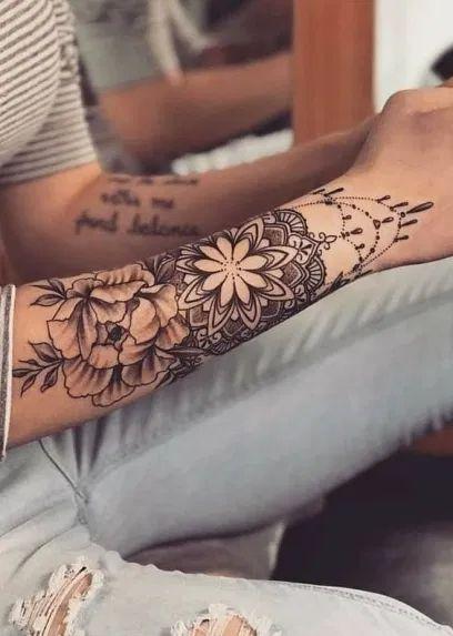 tatuaje antegraso con flores