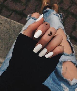tatuaje de luna en dedo