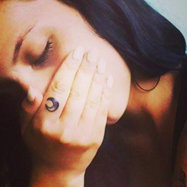 tatuaje de luna en el dedo para mujer