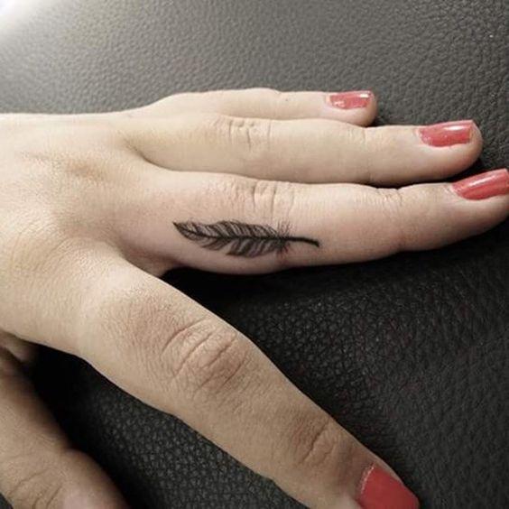 tatuaje de pluma en dedo
