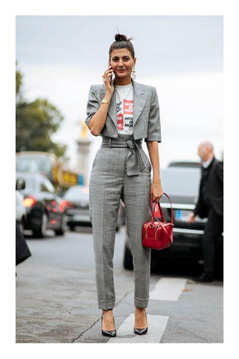 traje gris mujer con cartera roja