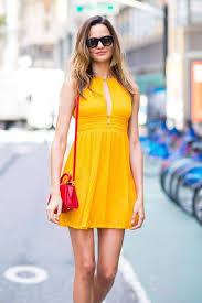 vestido amarillo con cartera roja