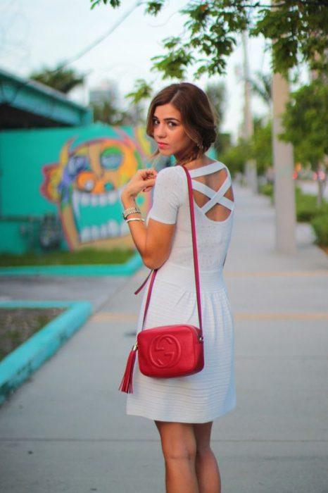 vestido blanco dia verano con cartera roja