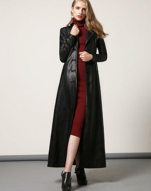 vestido con tapado de cuero rojo look urbano