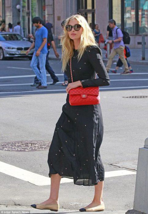 vestido dia invierno negro con cartera roja