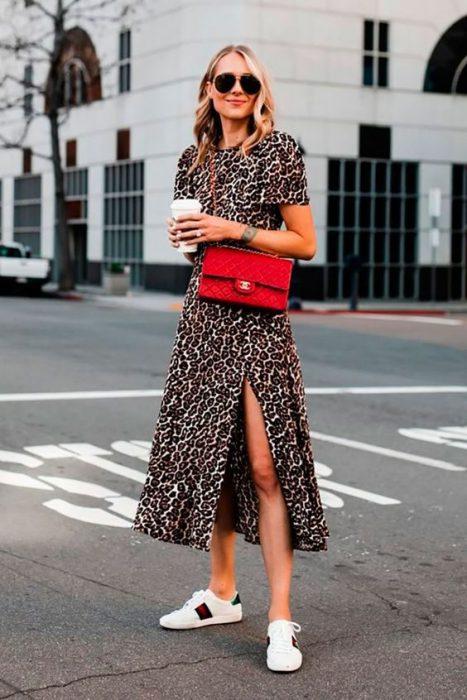 vestido leopardo con cartera roja