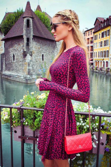 vestido print fucsia con cartera roja