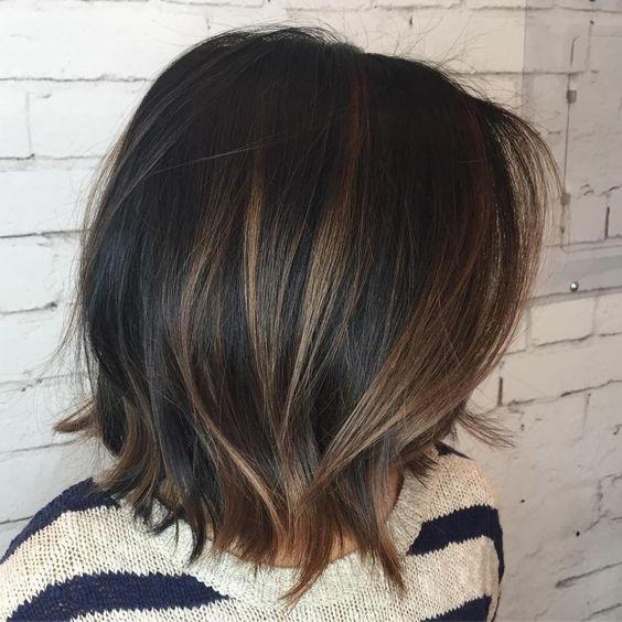 cabello morocho corto con mechas rubio miel