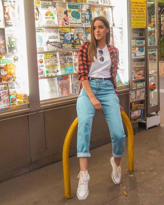 look casual con camisa a cuadros mujer moda de los 90