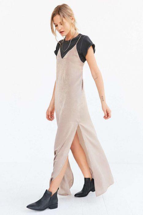 look con vestido lencero y remera mujer moda de los 90 1