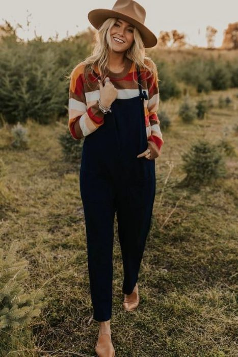 look moderno con jardinero mujer moda de los 90