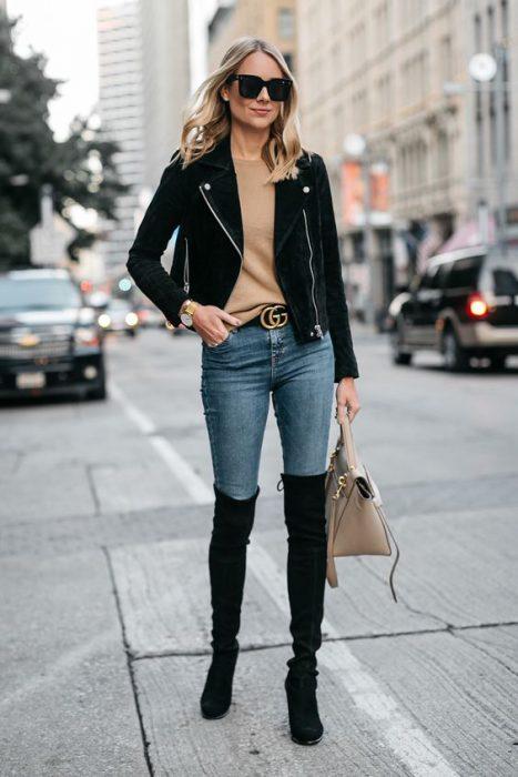 look urbano con botas de cana alta