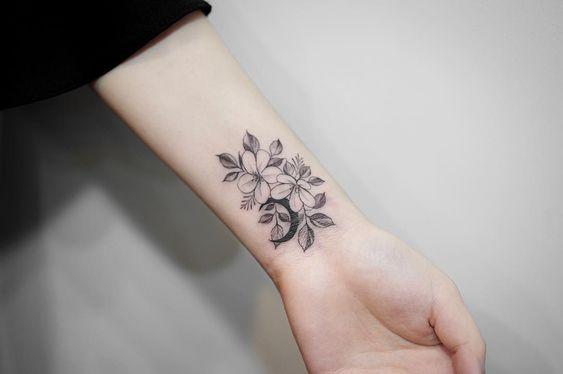 tatuaje flor muneca