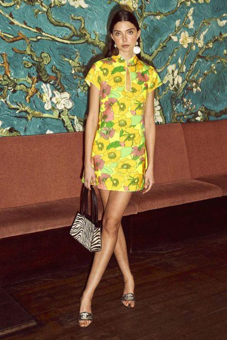vestido corto estampado inspirado en los 60