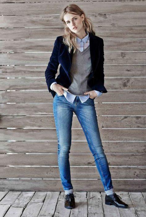 blazer azul de terciopelo y jeans