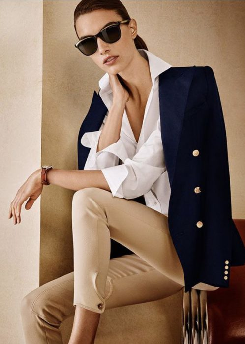 blazer azul marino y pantalon chupin beige