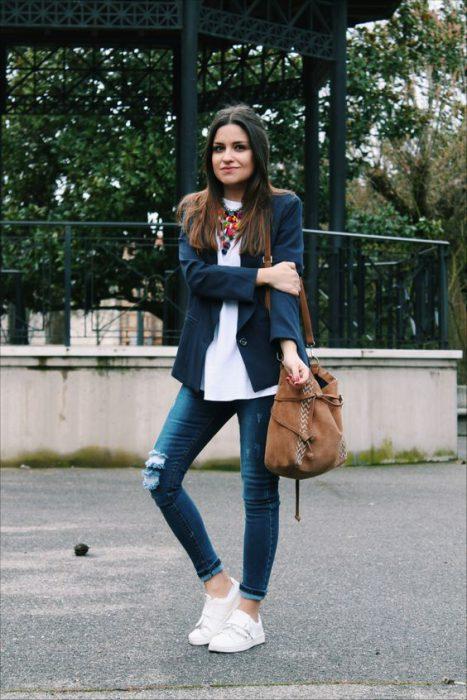 blazer azul y blusa blanca