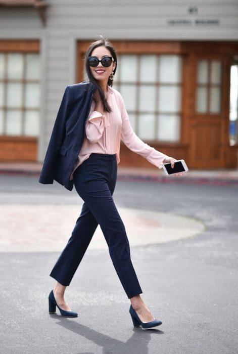 blazer azul y blusa rosa