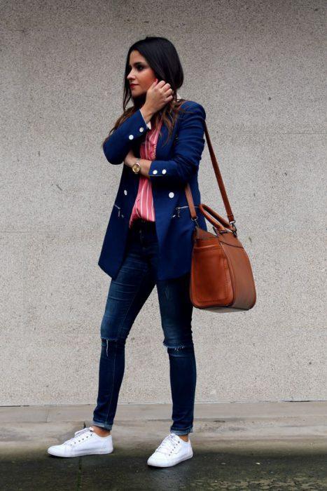 blazer azul y camisa coral