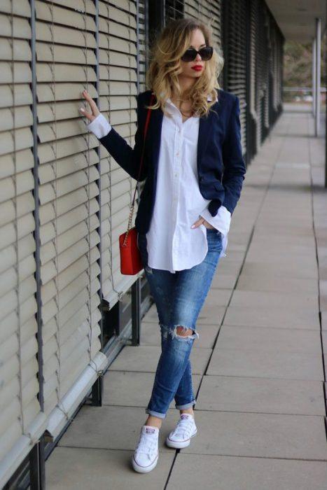 blazer azul y jeans