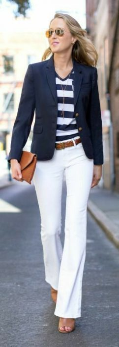 blazer azul y pantalon blanco
