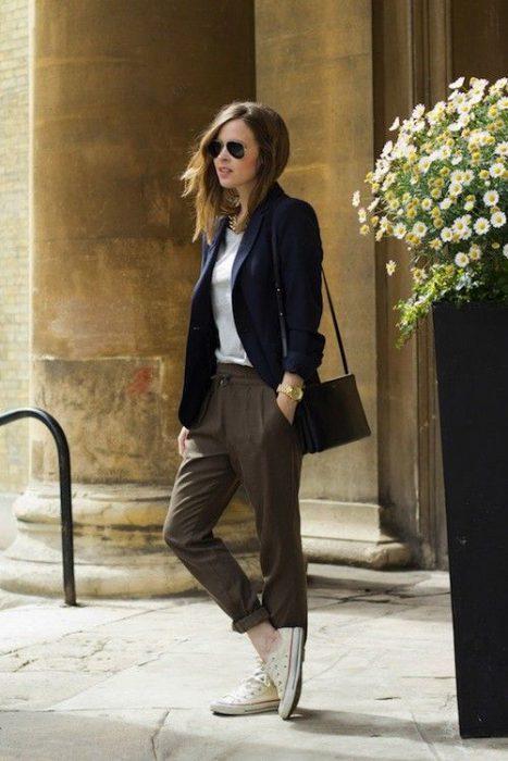 blazer azul y pantalon de vestir marron