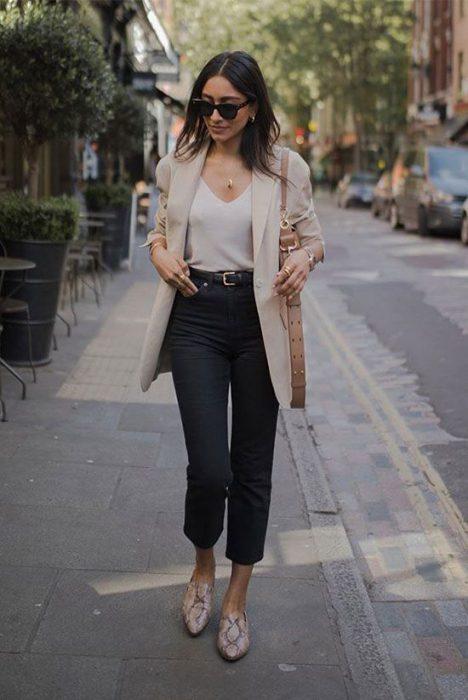 blazer beige con tonos neutros