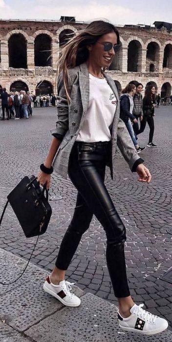 blazer gris claro y pantalon engomado
