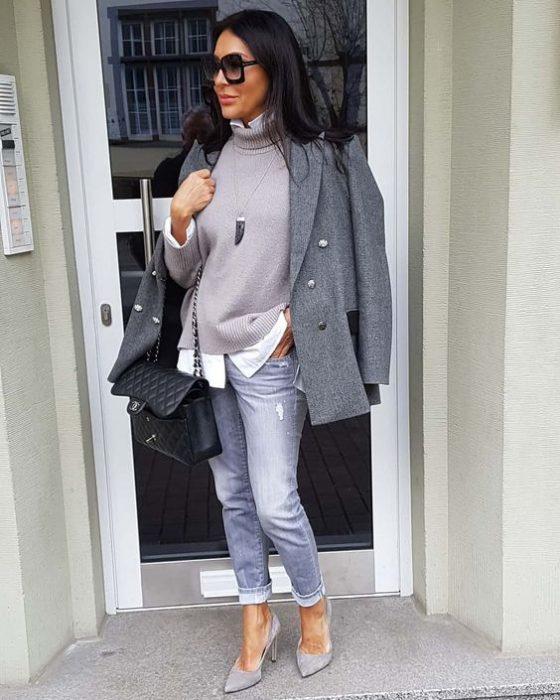 blazer gris y jeans invierno