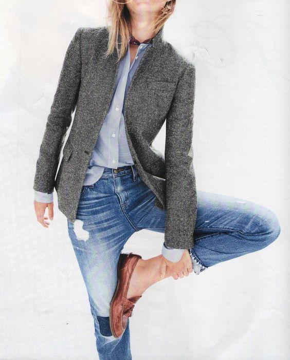 blazer gris y jeans rotos