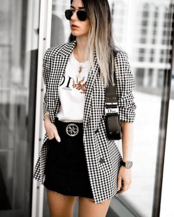 blazer largo a cuadros y minifalda