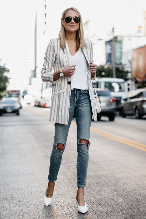 blazer largo a rayas de lino y jeans