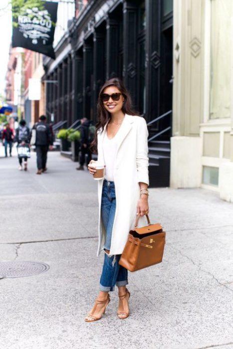 blazer largo blanco con jeans
