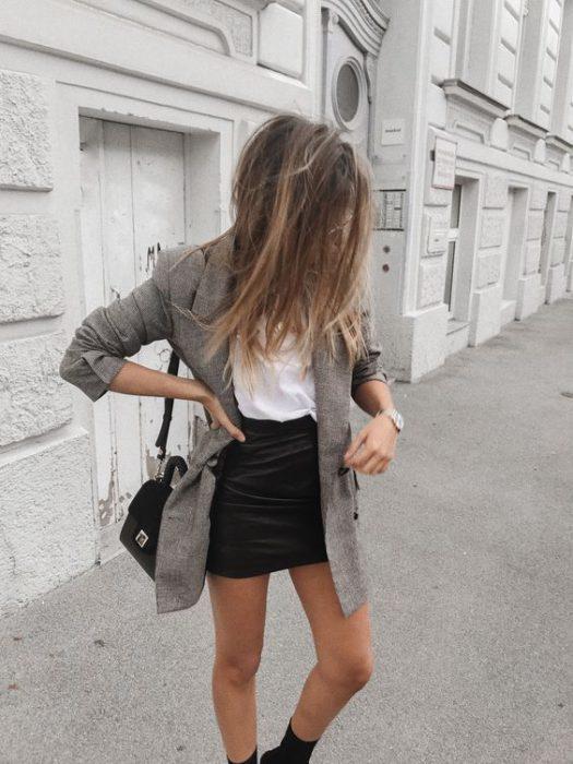 blazer largo y falda de cuero
