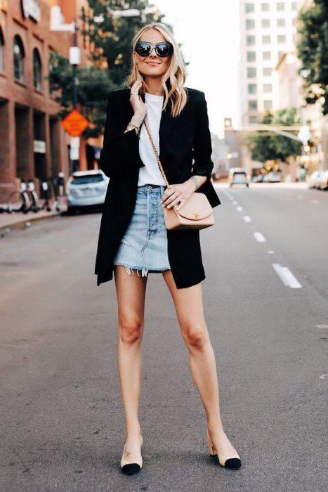 blazer negro largo con falda de jeans