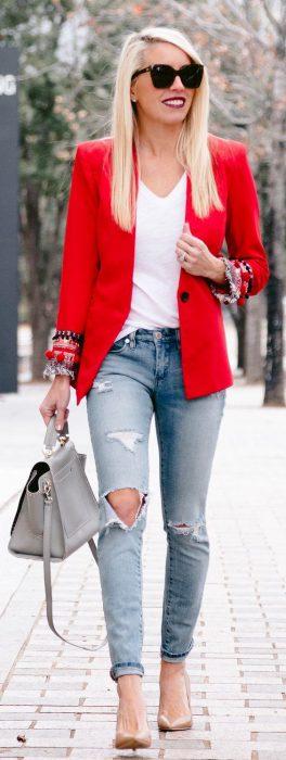 blazer rojo con jeans rotos