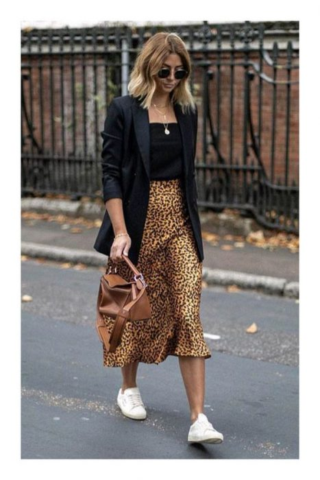 falda midi y blazer largo