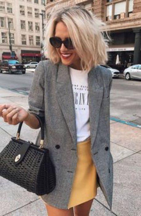 look casual con minifalda y blazer largo