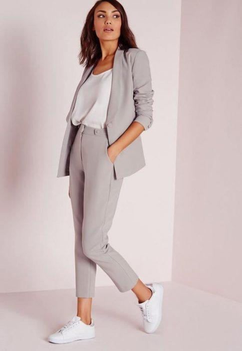look con blazer gris claro