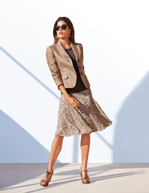 look formal con blazer beige y falda midi