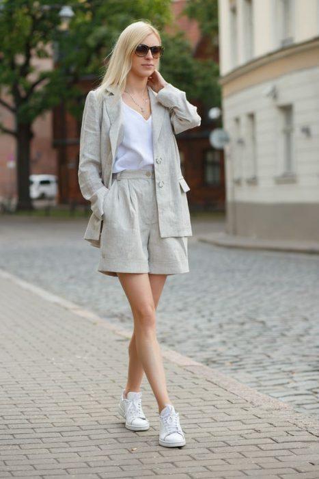 look informal con traje de lino