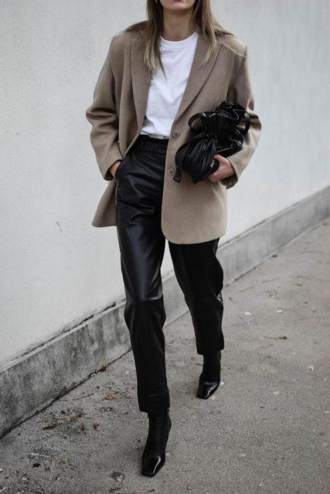 look moderno con blazer oversize y pantalon engomado