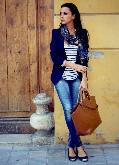 look urbano con blazer azul marino