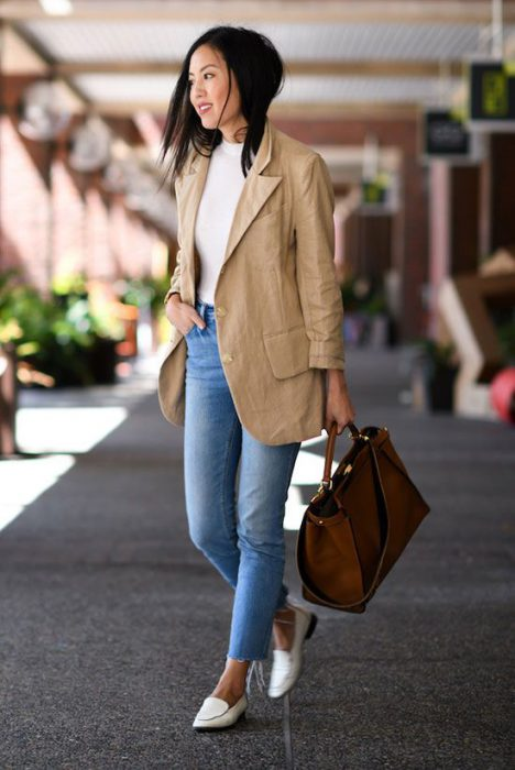 look urbano con blazer beige