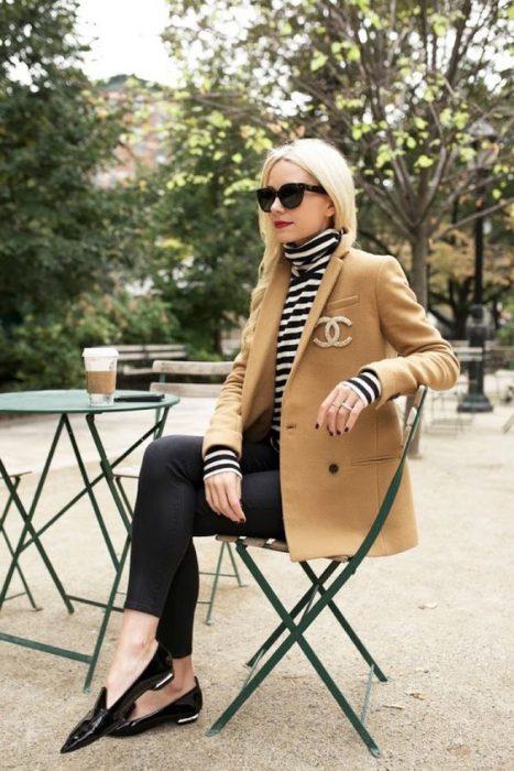 look urbano con blazer pano beige