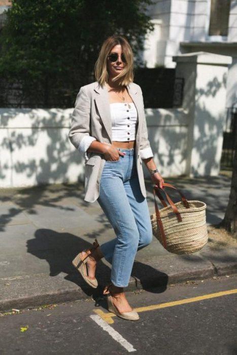 look urbano elegante con blazer beige de lino