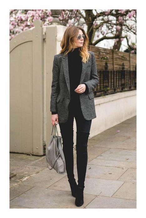 outfit con blazer gris oscuro