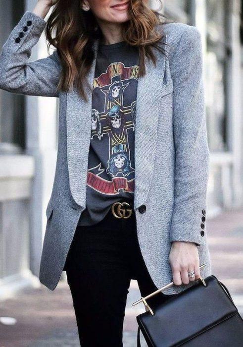 remera rock y blazer gris