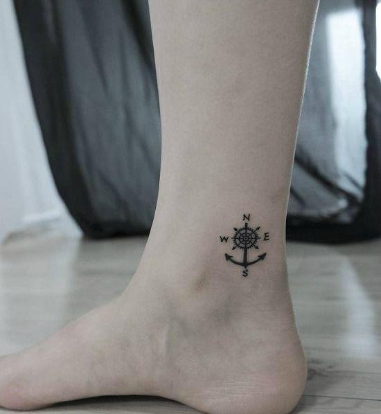 tatuaje ancla tobillo brujula